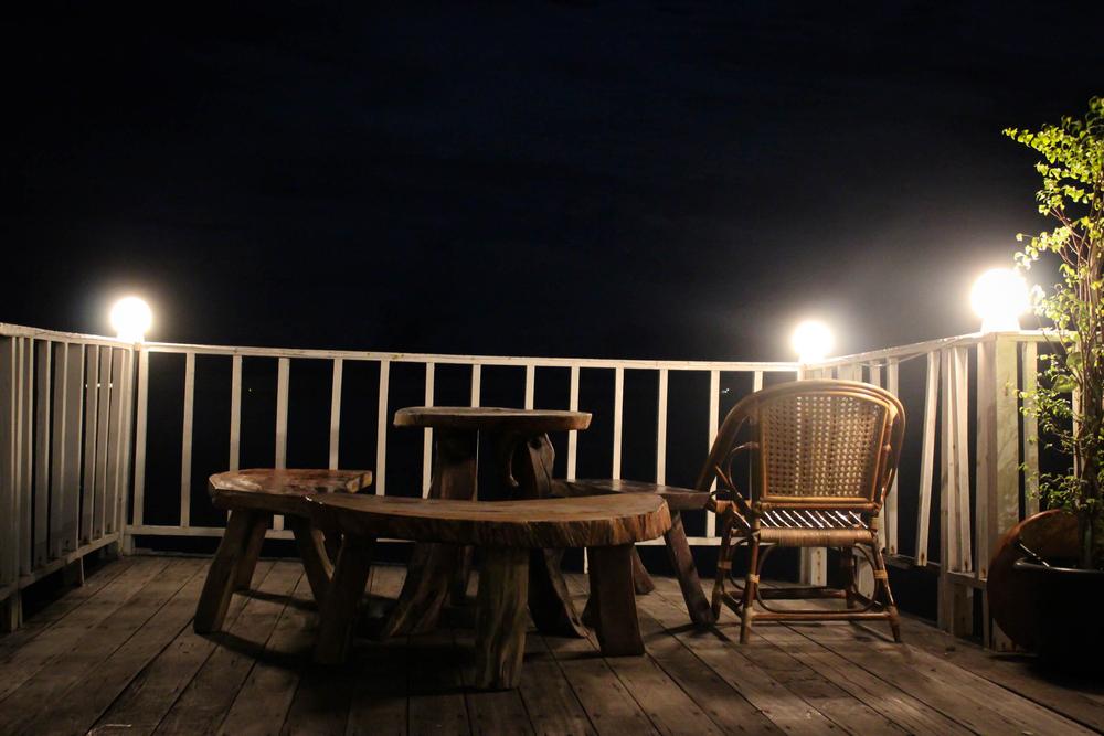 Un balcon éclairer de nuit