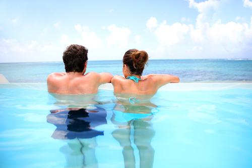 Couple dans une piscine à débordement